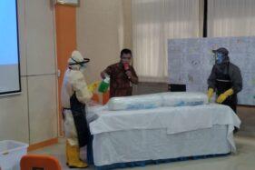 Petugas menunjukkan cara pemulasaraan jenazah Covid-19 dalam pelatihan pemulasaraan jenazah Covid 19 di Kantor BPBD Boyolali, Selasa (2/6/2020). (Solopos/Bayu Jatmiko Adi)
