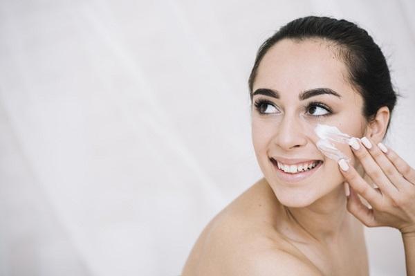 3 Alasan Wajib Pakai Sunscreen Meski di Rumah Aja