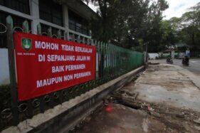 Spanduk larangan mendirikan lapak baik permanen maupun nonpermanen terlihat terpasang di lahan bekas lapak pedagang kaki lima (PKL) di Jl Nayu, Nusukan, Banjarsari, Solo, Rabu (3/6/2020). (Solopos/Nicolous Irawan)