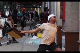 Foto laki-laki bertato peta kepulauan Indonesia yang tertangkap kamera The Inquirer saat kerusuhan pecah di Philadelphia, AS, Sabtu (30/5/2020). (Instagram/@rainsfordthegreat)