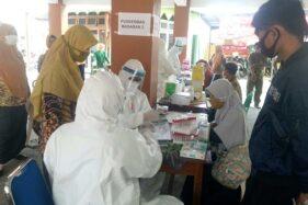 Sejumlah petugas medis dengan pakaian alat pelindung diri (APD) menggelar rapid test di kompleks Kantor Kecamatan Masaran Sragen, Rabu (3/6/2020). (Solopos/Moh Khodiq Duhri)