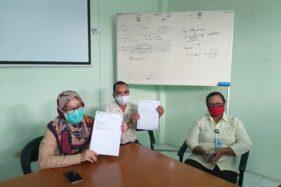 Direktur Utama Rumah Sakit Cakra Husada (RSCH) Klaten, Netty Herawati (paling kiri) saat menunjukkan surat pemeriksaan rapid test pasien di rumah sakit setempat, Selasa (2/6/2020). Dari 57 orang Klaten yang di-rapid test di RSCH Klaten, seorang di antaranya dipastikan reaktif. (Espos/Ponco Suseno)