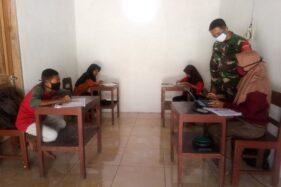 Babinsa Koramil 22/Slogohimo Kodim 0728/Wonogiri mengawasi siswa yang menggunakan fasilitas di Rumah Belajar Online Gratis, Bulusari, Slogohimo, belum lama ini. (Istimewa)