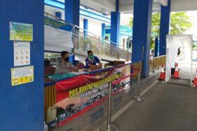 Dua petugas pendataan siaga di Terminal Tipe A Ir Soekarno Klaten, Senin (1/6/2020). (Solopos.com/Ponco Suseno)