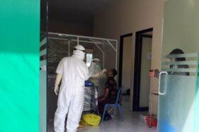 Kegiatan swab test PCR di kantor Balai Penyehatan Akibat Dampak Merokok di Kompleks Perkantoran Cangakan Karanganyar, Kamis (4/6/2020). (Solopos-Sri Sumi Handayani)
