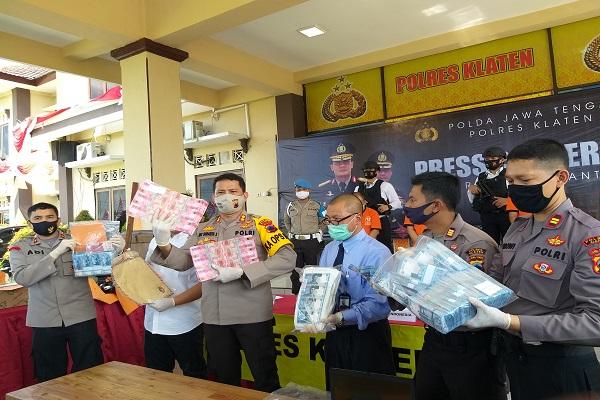 Hendak Edarkan Uang Palsu Rp465 Juta, 3 Pria Ditangkap di Jatinom Klaten