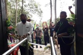 Bupati Karanganyar, Juliyatmono, membuka kembali objek wisata Grojogan Sewu, Tawangmangu, Karanganyar, Jumat (3/7/2020).Solopos.com-Sri Sumi Handayani