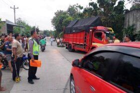 Anggota Satlantas Polres Sragen melakukan olah kejadian perkara kecelakaan di jalan Sambirejo-Gemolong, Dukuh Ngrombo, Sambirejo, Plupuh, Sragen, Jumat (3/7/2020) petang. (Istimewa)