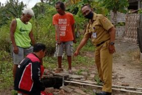 Ketua RW 04, Kelurahan Purwodadi, Gunawan bersama warga menunjukan sumur di mana seorang anak tercebur di dalamnya, Senin (6/7/2020). (Semarangpos.com/Arif Fajar Setiadi)