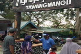Petugas Taman Wisata Alam (TWA) Grojogan Sewu mengecek suhu tubuh pengunjung yang hendak masuk ke kompleks Grojogan Sewu, Selasa (7/7/2020). (Istimewa-Dokumentasi TWA Grojogan Sewu)