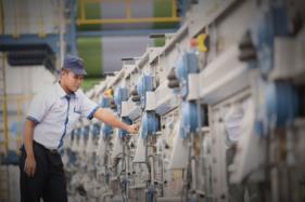 Seorang karyawan tengah memeriksa mesin di pabrik PT Sri Rejeki Isman Tbk. atau Sritex.(Istimewa/sritex.co.id)