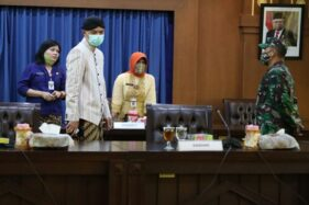 Gubernur Jateng, Ganjar Pranowo, memimpin rapat terkait pencemaran Sungai Bengawan Solo oleh limbah pabrik di kantornya, Kamis (9/7/2020). (Semarangpos.com-Humas Pemprov Jateng)