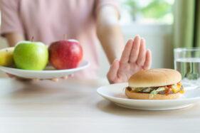 Ilustrasi menolak makanan berkolesterol (Freepik)