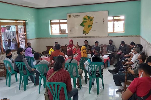 Penerima Bansos Dobel, Warga Gatak Sukoharjo Geruduk Balai Desa