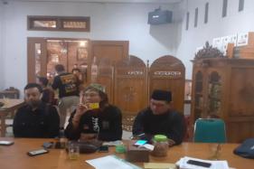 Anggota Dewan Pertimbangan Persaudaraan Setia Hati Terate (PSHT) Sukoharjo, Choirul Rus Suparjo (tengah), menyampaikan klarifikasi terkait kasus meninggalnya pesilat remaja di Trangsan, Gatak, Sabtu (11/7/2020). (Solopos/Bony Eko Wicaksono)