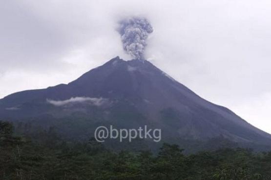 Gunung Merapi di perbatasan Provinsi Jawa Tengah dan Daerah Istimewa Yogyakarta mengalami erupsi beberapa waktu lalu. (Antara/BPPTKG)