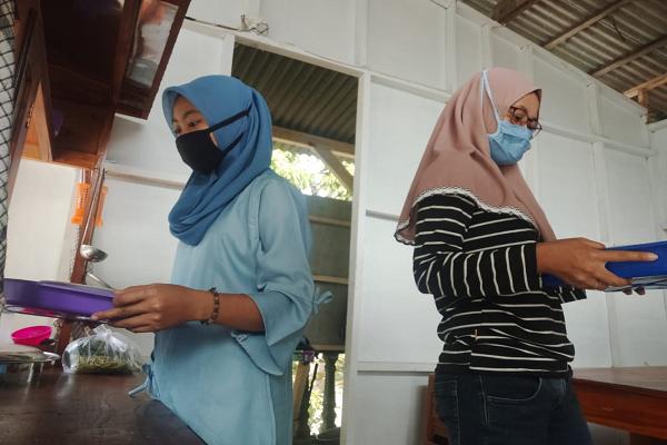 Karyawan Mi Ayam dan Bakso Djanda melayani pembeli di warung tersebut di Desa Tanjungsari, Kecamatan Jatisrono, Wonogiri, Rabu (15/7/2020). (Istimewa)
