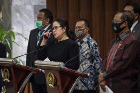 Ketua DPR Puan Maharani (kedua kiri) bersama Wakil Ketua DPR Rachmat Gobel (kiri), Sufmi Dasco Ahmad (kedua kanan) dan Menteri Koordinator Bidang Politik, Hukum dan Keamanan (Menko Polhukam) Mahfud MD (kanan) dalam jumpa pers terkait Rancangan Undang-Undang Badan Pembinaan Ideologi Pancasila (RUU BPIP) di Kompleks Parlemen, Senayan, Jakarta, Kamis (16/7/2020). DPR dan Pemerintah sepakat bahwa konsep RUU BPIP ini tidak akan segera dibahas tetapi akan lebih dahulu memberikan kesempatan yang seluas-luasnya kepada masyarakat untuk ikut mempelajari, memberi saran, masukan dan kritik terhadap Daftar Inventarisasi Masalah (DIM) RUU BPIP tersebut. (Antara-Dhemas Reviyanto/aww).