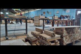 Karyawan PT Rimba Sentosa Persada (RSP) Tawangsari, Sukoharjo, mengerjakan pesanan kerajinan kayu dan mebel pada Selasa (7/7/2020). (Solopos/Indah Septiyaning W.)
