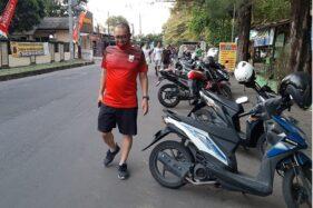 Anggota DPRD Solo dari Fraksi PDIP, Ginda Ferachtriawan, berjalan kaki di Jl. K.S. Tubun, Manahan, Solo, Minggu (12/7/2020) sore. (Solopos/Kurniawan)