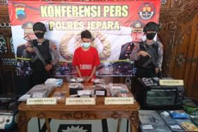 Tersangka penjual brownies ganja, Franky Ervan Setiawan (tengah, di Mapolres Jepara, Kamis (30/7/2020). (Istimewa/Humas BNN Jateng)