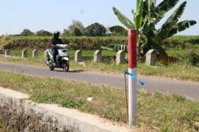 Patok proyek jalan tol Solo-Jogja terpasang di tepi persawahan wilayah Desa Glagahwangi, Kecamatan Polanharjo, Kamis (30/7). (Solopos-Taufiq Sidik Prakoso)