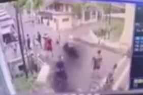 Insiden pengeroyokan terekam kamera CCTV diklaim berasal dari Jalan Mayjen Sungkono, Wates, Kecamatan Magersari, Mojokerto, Senin (6/7/2020) pagi WIB. (Istimewa/Instagram)