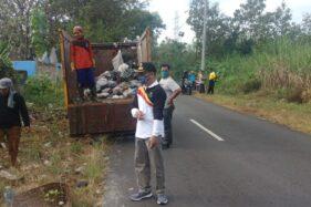 Forkopimca, kades, dan perangkat desa se-Kecamatan Jumantono, Karanganyar, bekerja bakti membersihkan sampah di sepanjang Jalan Raya Jumantono pada Jumat (3/7/2020).Istimewa-Dokumentasi Kecamatan Jumantono