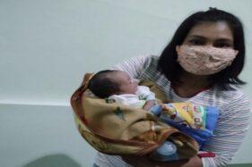 Penemu bayi perempuan di Tonggalan, yakni Tri Prasetya Ningsih menggendong bayi yang baru saja ditemukan di Kahuman, Tonggalan, Klaten Tengah. Bayi itu ditemkan, Rabu (8/7/2020) petang. (Istimewa)