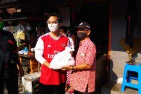 Cawali Solo yang mendaftar lewat PDIP Gibran Rakabuming Raka memakai jersey salah satu klub sepak bola saat menyerahkan bantuan sembako kepada warga Solo, beberapa waktu lalu. (Istimewa/Tim Gibran)