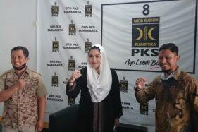 Cucu Pakubuwono XII, BRA Putri Woelan Sari Dewi (tengah), berfoto bersama pengurus DPD PKS Solo saat berkunjung ke sekretariat partai itu, Rabu (23/7/2020). (Istimewa)