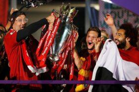 Pelatih Liverpool, Jurgen Klopp, mengangkat trofi Liga Premier Liga Inggris. (REUTERS/Phil Noble)