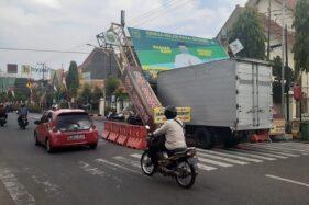 Gapura Jl. Pahlawan Madiun Roboh Diterjang Truk Boks