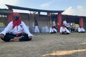 Pesilat dari Perguruan Merpati Putih Kota Madiun melakukan pertunjukan di lapangan padepokan yang ada di Jalan Kerta Mulya, Kota Madiun, Rabu (1/7/2020). (Abdul Jalil/Madiunpos.com)