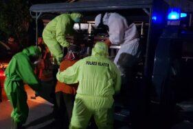 Sejumlah anggota Gusgas PP Covid-19 Karangdowo saat menjemput seorang orang dengan gangguan jiwa (ODGJ), WT, 85, di Cawas, Sabtu (4/7/2020) malam. (Istimewa/Dok Gusgas PP Covid-19 Karangdowo)