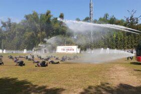 Sebanyak 54 anggota Polres Madiun dimandikan dengan kendaraan water cannon di lapangan Tri Brata Mapolres setempat, Kamis (2/7/2020). (Abdul Jalil/Madiunpos.com)