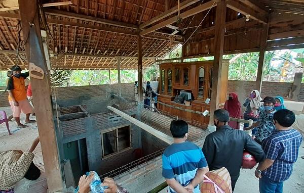 Sejumlah warga menyaksikan rumah yang berpindah secara mistis di Desa Mengger, Kecamatan Karanganyar, Kabupaten Ngawi, Kamis (9/7/2020). (Abdul Jalil/Madiunpos.com)