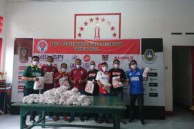 Kemenpora melalui Badan Liga Sepak Bola Pelajar Indonesia (Blispi) Jawa Tengah menyerahkan 12 paket alat pelindung diri (APD) pada SSB, akademi dan klub di Solo di Balai Persis, Sabtu (11/7/2020).