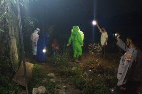 Sejumlah anggota Gusgas PP Covid-19 Karangdowo saat menjemput seorang orang dengan gangguan jiwa (ODGJ), WT, 85, di Cawas, Sabtu (4/7/2020) malam.  (Solopos/Burhan Aris Nugraha)