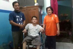 Anjun Maulana, 20, bersama kedua orang tuanya di Perumahan Gemolong Permai, Gemolong, Sragen, Rabu (8/7/2020). (Solopos.com/Moh Khodiq Duhri)