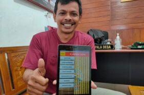 Kades Sendang, Kecamatan Wonogiri, Kabupaten Wonogiri, Sukamto, menunjukkan aplikasi Siadpendcenik di kantornya, Jumat (3/7/2020). (Solopos/Rudi Hartono)