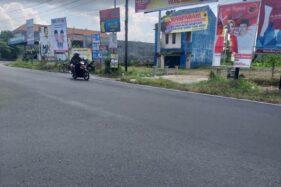 Pengendara sepeda motor melintas di dekat baliho bergambar Sri Mulyani-Aris Prabowo yang rusak di pertigaan Karanganom, Kabupaten Klaten, Rabu (8/7/2020). (Solopos.com/Ponco Suseno)