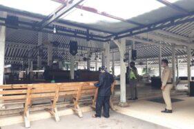 Camat Colomadu, Eko Budi Hartoyo (kiri), meninjau Beergarden, Colomadu, Karanganyar, Kamis (2/7/2020). Solopos.com-Sri Sumi Handayani