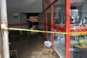 Proses pendinginan di toko kimia Bratachem Jl. d. Radjiman Laweyan Solo, Kamis (16/7/2020). (Solopos-Ichsan Kholif Rahman)