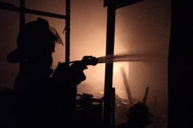 Petugas Dinas Pemadam Kebakaran Kota Solo berusaha memadamkan api yang membakar toko bahan kimia di Jl Dr Radjiman, Laweyan, Solo, Rabu (15/7/2020) malam. (Solopos/Nicolous Irawan)
