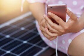 Ilustrasi mengisi daya (charge) baterai ponsel (Freepik)