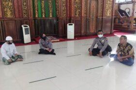 Kasat Binmas Polresta Solo AKP Febriyani Aer (kedua kiri) mengecek masjid di Kota Solo beberapa waktu lalu. (Istimewa/Polresta Solo)