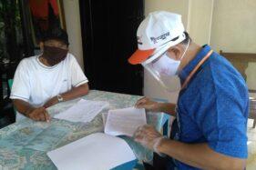 Petugas pemutakhiran data pemilih (PPDP) melakukan pencocokan dan penelitian (Coklit) data pemilih Pilkada Klaten 2020 di salah satu rumah warga, Rabu (15/7/2020). (Istimewa/KPU Klaten)