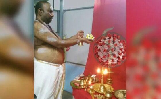 Pria India menyembah Covid-19. (istimewa)