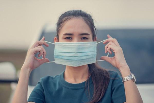 Ilustrasi penggunaan masker mencegah virus corona. (Freepik)